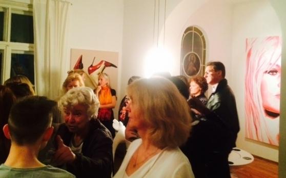 Ausstellungs-Besucher vor Leinwandbild High Heels und Brigitte Bardot