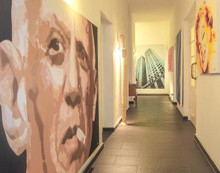 Ausstellung Kloster Schäftlarn: Gang: Leinwandbild Picasso