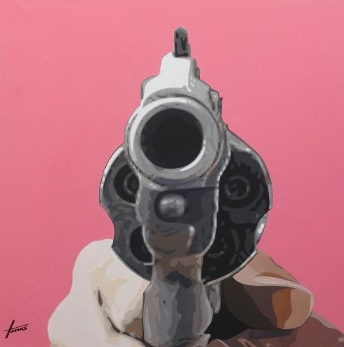 Leinwandbild Watch out!, 0,9 x 0,9 m, Acryl auf Leinwand von HOSEUS, Revolver vor rosacarbenem Hintergrund auf den Betrachter gerichtet